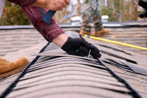 Ремонтные работы на крыше дома