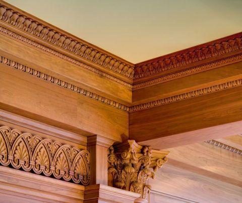 Резьба подчеркивает аристократичность деревянной отделки