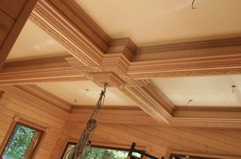 Резные деревянные плинтуса в интерьере загородного дома