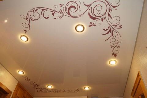 Рисунок на глянцевом полотне подчеркивает расположение точечных светильников