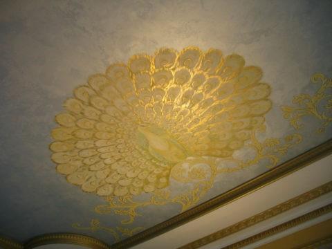 Рисунок, выполненный позолотой, сочетается с декоративными молдингами по периметру потолка
