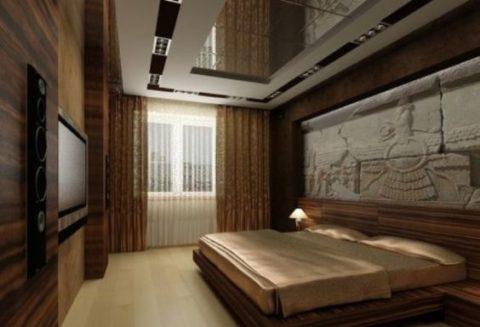 Роскошный потолок в спальне с зеркалом