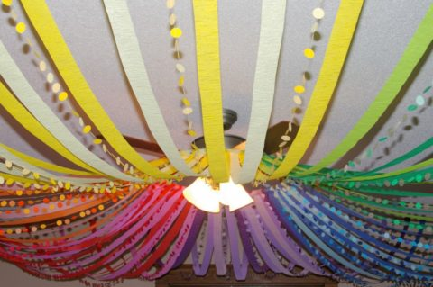 С помощью липучек можно выполнить декор цветными лентами