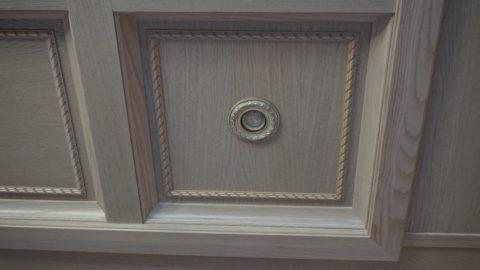 С помощью накладного декора и встроенной подсветки можно украсить самую простую конструкцию