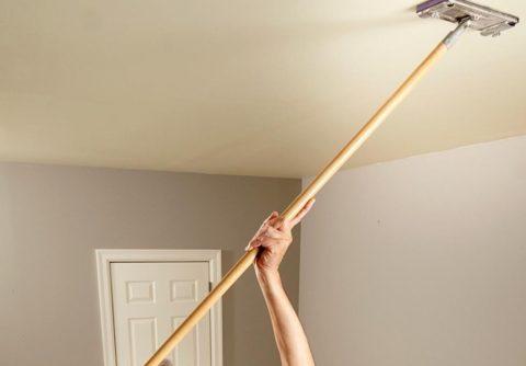 Самый простой способ отмыть потолок – вызвать сотрудников клининговой службы