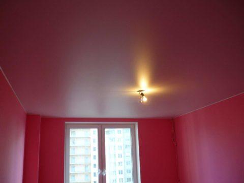 Сатиновый натяжной потолок розового цвета в темно-розовом интерьере комнаты