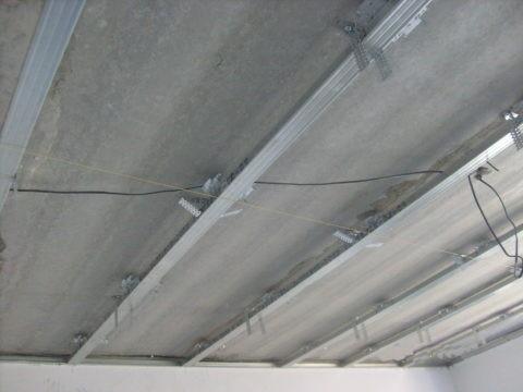 Сборка обрешетки для одноуровневого потолка