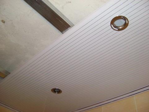 Сборка потолка из панелей с окантовкой пластиковым плинтусом