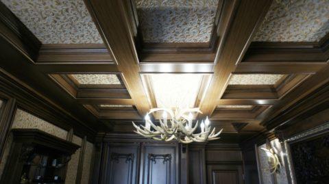 Сдержанное исполнение балок можно украсить внутренним позолоченным декором
