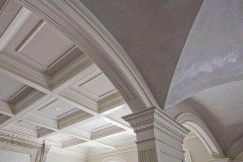 Сдержанный дизайн потолочной конструкции с кессонами