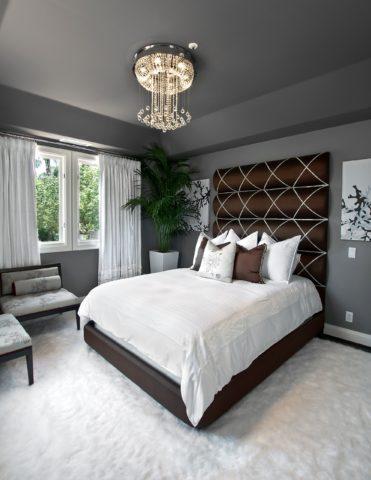Серый фон позволит сконцентрировать все внимание на акцентном элементе спальни – хрустальной люстре