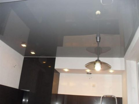 Серый глянцевый потолок