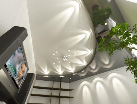 Серый потолок натяжной в гостиной
