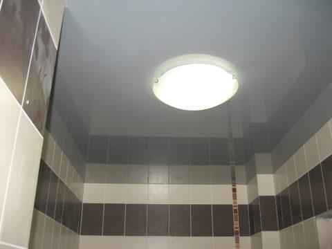 Серый потолок в ванной