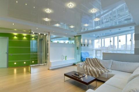 Шикарный глянцевый потолок в помещении студийного типа