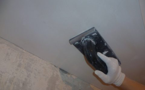Шлифовка позволяет добиться идеальной гладкости потолка