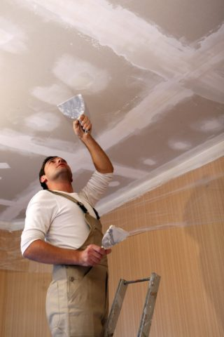 Шпаклевание потолка, для устранения возможных неровностей и сильных перепадов в высоте