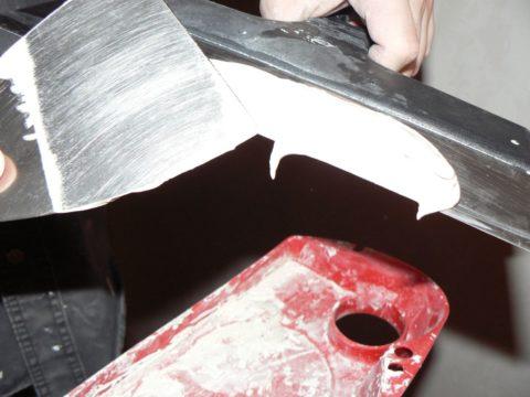 Шпаклевка накладывается узким шпателем на широкий