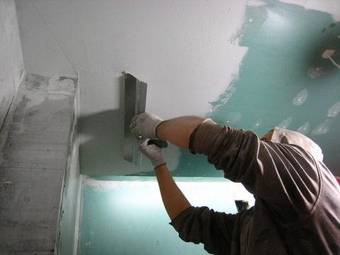 Шпатлевание плоскости потолка