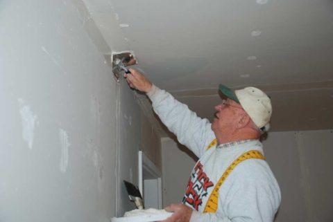 Шпатлевание примыкания потолка к стене