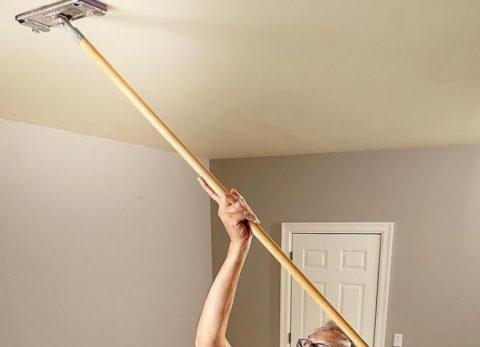 Швабра с мягкой губкой — самый подходящий инструмент для уборки натяжных поверхностей