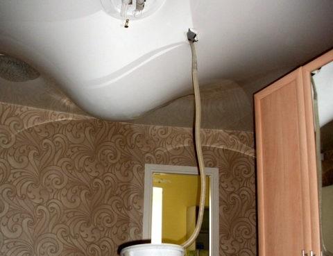 Скопившуюся воду сливают через отверстие для светильника