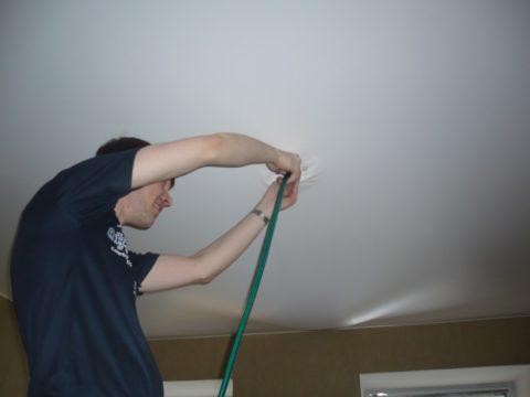 Слив жидкости с натяжного потолка с помощью шланга