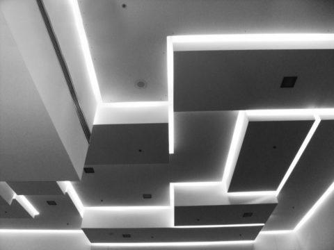 Сложная многоярусная конструкция с установленной подсветкой