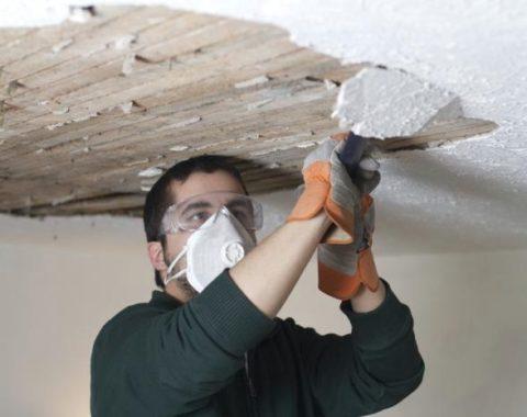 Снятие с потолка штукатурного слоя