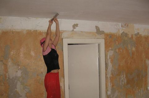Снятие с потолка старого покрытия – процесс трудоемкий