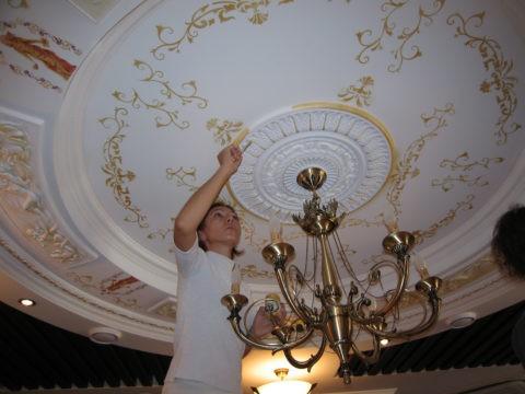 Сочетание ручной и трафаретной росписи при оформлении потолка, украшенного полиуретановой лепниной