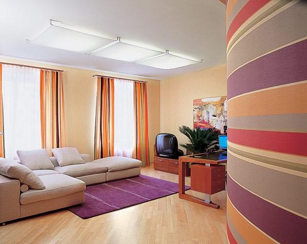 Одна стена помещения декорирована ярко