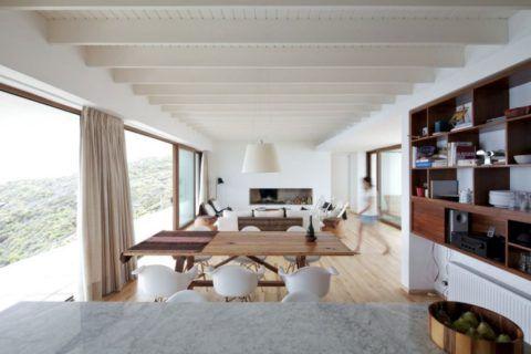 Современный стиль – балки с потолком выкрашены в белый цвет