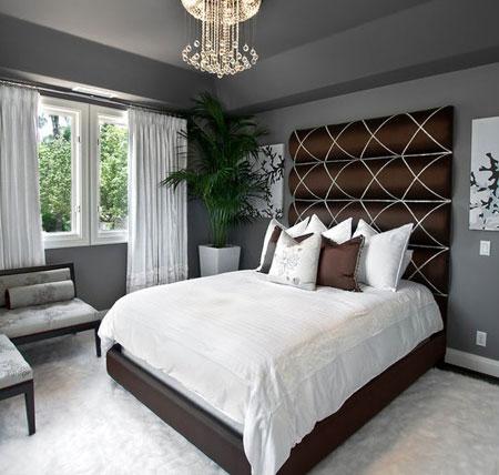 Спальня с тёмным потолком и светлым полом