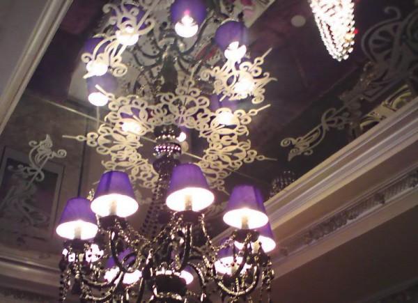 Цветное стекло с узором в подвесном потолке