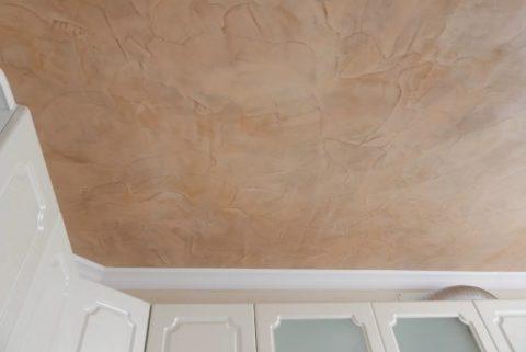 Стилизация фактуры травертина на кухонном потолке с помощью акриловых шпаклёвок и красок