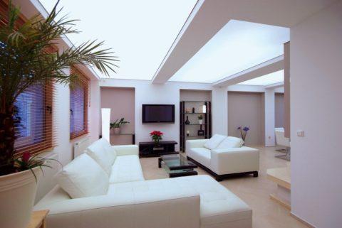 Стильная гостиная с монохромным комбинированным потолком