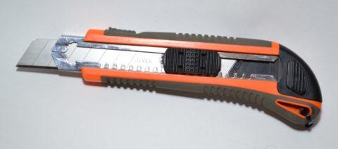 Строительный нож отлично режет экструдированную плитку