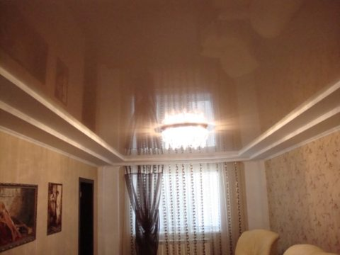 Ступенчатый потолок отлично сочетается с натяжным полотном