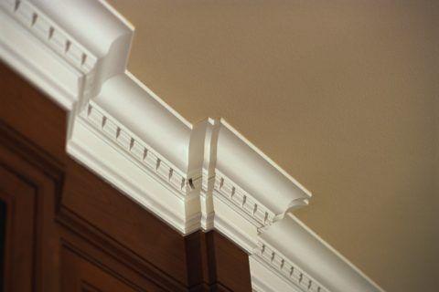 Стык потолка и стены, оформленный дюрополимером