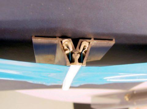Стыковочный багет по способу крепления относится к потолочным профилям