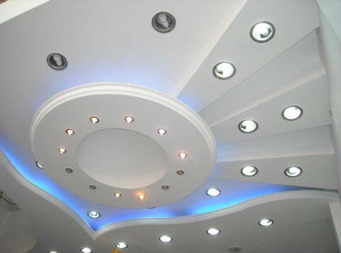 Светильников на потолке может быть не просто много, а очень много