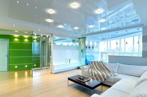 Светлые, блестящие потолки в гостиной