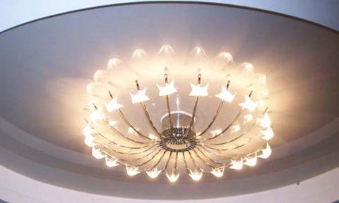 Светлые плафоны более равномерно распределяют свет