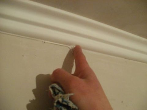 Свежий герметик легко удаляется пальцем и влажной тканью