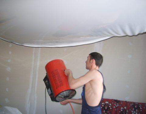 Так происходит нагревание потолка при натяжке