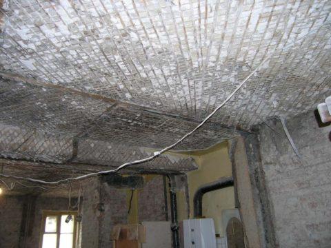 Так выглядят потолки в сталинке без штукатурки