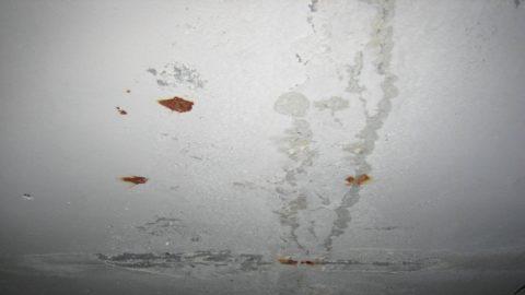 Такой потолок, как на этом фото, перед покраской нужно отремонтировать