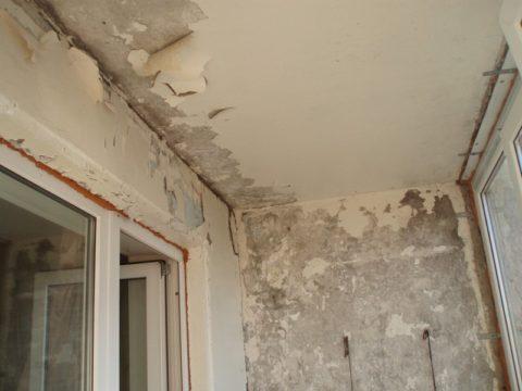 Такой потолок перед гидроизоляцией необходимо очистить