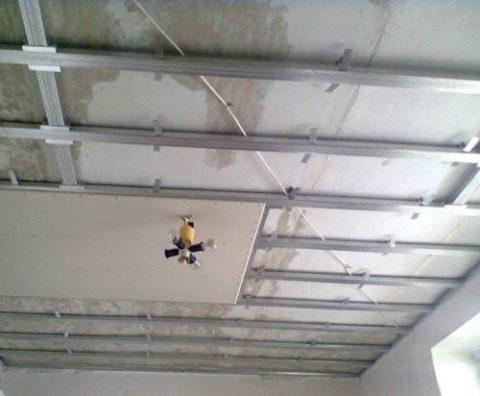 Такой потолок скрывает любые неровности поверхности
